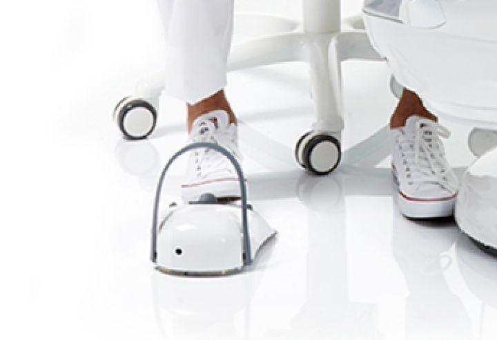 Nærbillede af en trådløs fodkontrol til en tandlæge unit